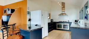 PhillipIsland-accommodation-holiday-house-kitchen1920x850